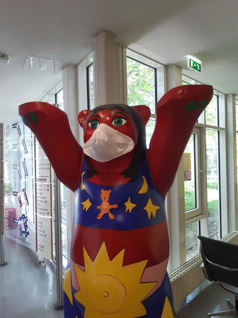 Der Berliner Bär im BBZ trägt eine Mund-Nasenbedeckung (MNB) - du auch?